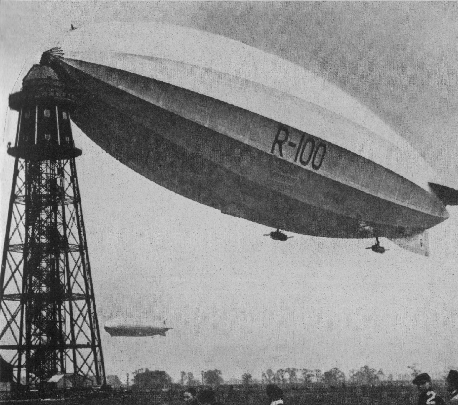 R100_moored_at_Cardington_(Our_Generation,_1938)