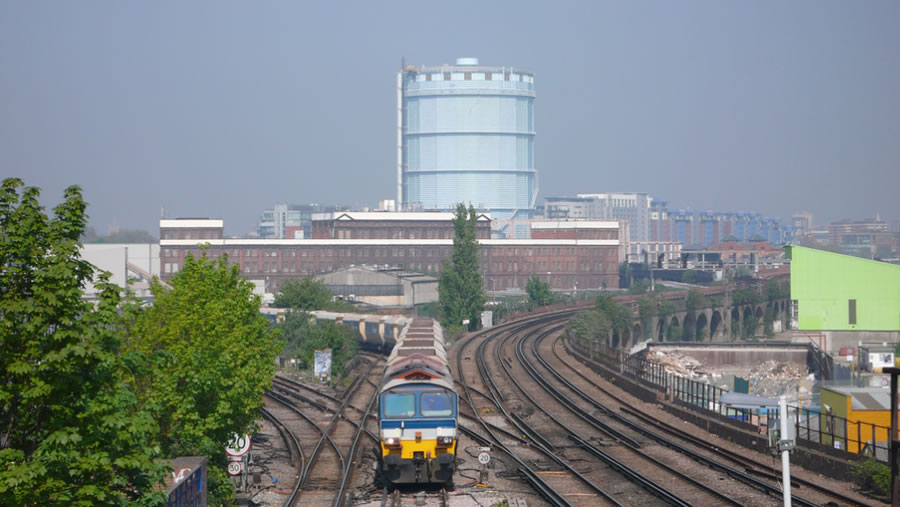 Class 59 'Village of Chantry' approaches the SLL at Wandsworth Road